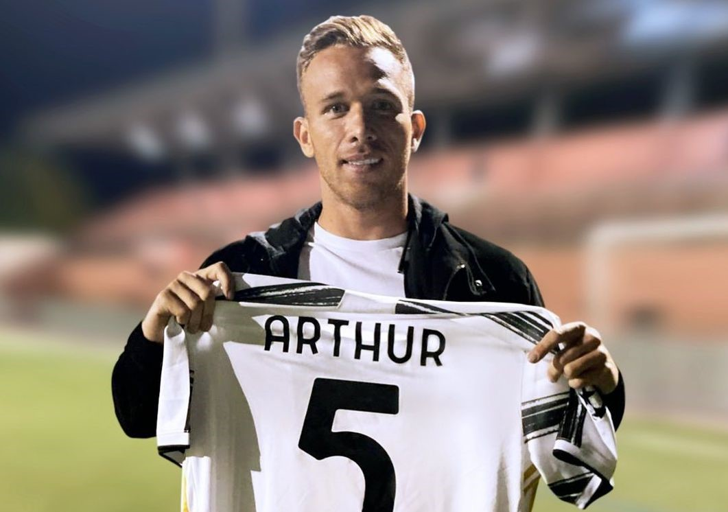 Pirlo criticizes the €82,000,000 midfield signing Arthur: He has no vision