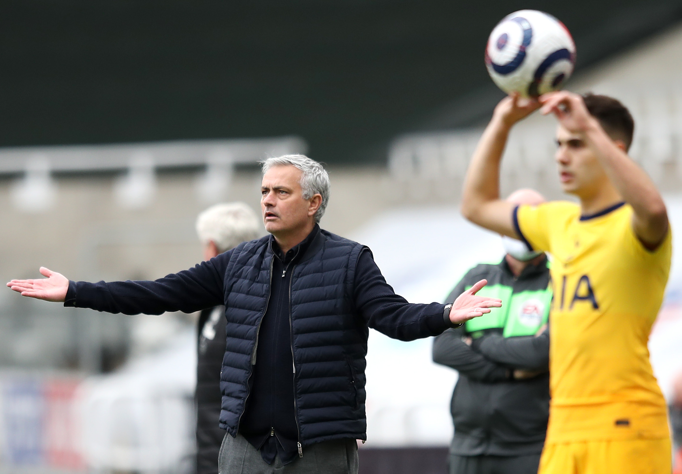 Mourinho asked to explain why he can't keep a lead, his former trademark: Same coach, different players